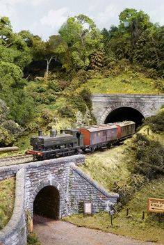 Model trains -> Create distinct picture of what you wish to create by thinking about your layout before you actually touch a train. Have a look at the various model trains. Print out creating for model railroad format. N Scale Model Trains, Model Train Layouts, Scale Models, Ho Scale Train Layout, Train Ho, Escala Ho, Train Miniature, Train Tunnel, Garden Railroad