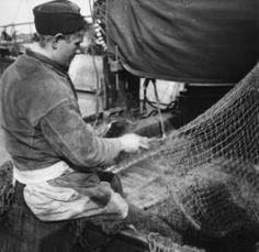 Oranjesluizen Urker visser bezig met boeten van een net. 1935 Collectie Stadsarchief Amsterdam #Urk