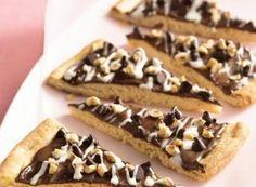 Chocolate-Hazelnut Pizza {Pillsbury} - Hmm, I'm liking this idea. My favorite nutella spread as a pizza. Cookie Desserts, Just Desserts, Delicious Desserts, Dessert Recipes, Yummy Treats, Sweet Treats, Dessert Pizza, Calories, Vegetarian Chocolate