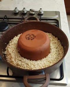 Tas Kebaplı Pilav Tarifi için Malzemeler   2 su bardağı pirinç  Yarım kilo kuşbaşı et  3 adet sivri biber  3 adet domates  1 yemek kaşığı domates salçası  Bol karabiber