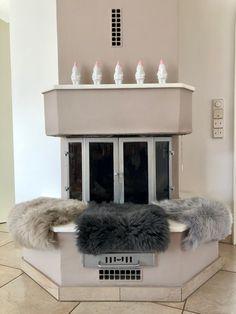 Es wird langsam wieder kälter - da ist es ideal, wenn man einen schönen Kamin zuhause hat. Für die begehrten Plätze direkt auf der Kaminbank hat SitzFelle.com edle Lammfelle in vielen Farben im Angebot. Fine Dining, Terrace, Chair Pads, Home, Colors