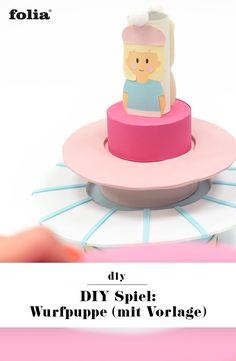 Wer baut den schönsten Rock aus Moosgummi? Mit der DIY Wurfpuppe basteln wir ein tolles Spiel für Kinder, das drinnen und draußen Spaß macht. Denn mit jedem Wurfring wird der Rock der Puppe noch schöner und größer. Und, im DIY Wurfspiel ist mit den Ringen aus Moosgummi und der Puppe aus Pappschachteln und Küchenrolle auch ein kleines Upcycling versteckt. Die Vorlage zum Download für die DIY Wurfpuppe findest du auf unserem Blog!