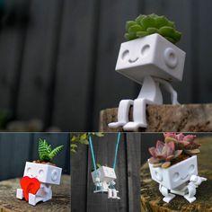 Милый робот Robbie от XYZWorkshop украсит ваш стол. Он может быть не только настольным приятелем но и помогать вам держа ваши визитки или даже телефон. Каждому роботу можно придавать индивидуальный стиль прически за счет высаживания различных растений у него на голове. На выбор имеются несколько фигурок Robbie распечатанных на 3d принтере из песчаника. Приобрести их можно на официальном сайте XYZWorkshop. ===== Cute Robbie the robot by XYZ Workshop 3d printed from sandstone decorates your…
