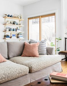 Designer Rebecca Atwood's Brooklyn apartment makes us want to take a nap. Tile Bedroom, Bedroom Flooring, Home Living Room, Living Room Decor, Living Spaces, Brooklyn Apartment, Contemporary House Plans, Diy Flooring, Beautiful Living Rooms