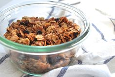 How to Make Homemade Granola - Flourish - King Arthur Flour: Making granola at home (without a recipe!) is simple and you can experiment to find the perfect blend of fruits, nuts, and spices. Healthy Cereal, Healthy Snacks, Healthy Eating, Healthy Recipes, Protein Snacks, Protein Bars, Make Your Own Granola, Making Granola, Brunch Recipes