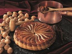 Although our Walnuttart pretty much looks like a Pithiviers, its only the puffpastry that gives it that semblance. Actually it is a recipe with its origins in the Engadin in Switzerland.