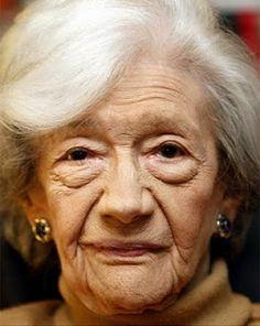 Ana María Matute es una novelista española, que es actual miembro de la Real Academia Española, y es la tercera mujer que recibe el Premio Cervantes. Matute es una de las voces más personales de la literatura española del siglo XX y es considerada por muchos como una de las mejores novelistas de la posguerra española.