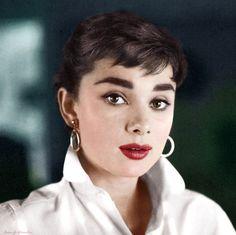 Audrey Hepburn (Bruselas, 4 de mayo de 1929-Tolochenaz, 20 de enero de 1993) fue el nombre artístico de Audrey Kathleen Ruston, actriz británica de la época dorada de Hollywood, considerada por el American Film Institute como la tercera mayor leyenda femenina del cine estadounidense. Wikipedia