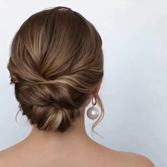 Get inspired with amazing bridal hairstyle ideas for your wedding day mysweetengagement com wedding weddinghairstyles weddinghair bridalhair hairstyles hair bridalbeauty hairstyleideas Bridal Hairstyles With Braids, Engagement Hairstyles, Short Hair Updo, Easy Hairstyles, Hairstyle Ideas, Up Hairstyles For Wedding, Classic Updo Hairstyles, Chignon Hairstyle, Saree Hairstyles
