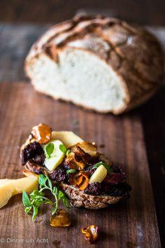 Gebratene Blutwurst, in Apfelwein gegarte Quittenspalten und karamellisierter Meerrettich auf getoastetem Bauernbrot | Dinner um Acht