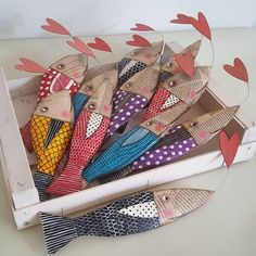 Una pesca davvero fruttuosa. Pesci innamorati per Diletta, che a giugno riceverà la sua Prima Comunione. La mamma sta preparando per gli ospiti una festa davvero speciale. Auguri! #papiermache #fish #love #paperartwork #pesci #primacomunione