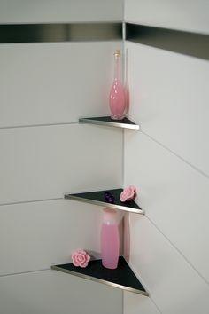 Unsere befliesbaren Eckablagen sind sehr praktisch für Bäder und Duschen. Die verlegung der Ablagen ist sehr einfach und schnell. Sie müssen bei der Montage nicht mehr in die abgedichteten Wände bohren und verhindern damit das die Feuchtigkeit sich in die Wand einsaugt. Somit sind unsere Ablagen sehr stabil und langlebig.