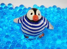 Figurine pingouin. Modelé et peint à la main par Moineaux & Co. www.moineauxandco.fr