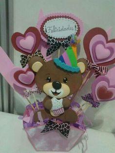 Centro de mesa goma eva Dyi Crafts, Foam Crafts, Handmade Crafts, Valentine Day Crafts, Valentines, Diy Y Manualidades, Candy Bouquet, Ideas Para Fiestas, Baby Art