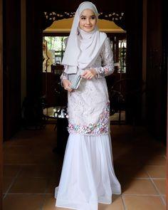 Jadi dulang girl hari ni ( outfit from ) Dress Brokat, Kebaya Dress, Muslim Fashion, Hijab Fashion, Fashion Dresses, Modest Dresses, Nice Dresses, Wedding Hijab Styles, Muslimah Wedding Dress
