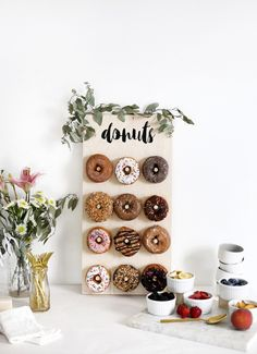 DIY donut wall - Decoration For Home Birthday Brunch, Brunch Party, Brunch Decor, Sunday Brunch, Brunch Ideas, Diy Donuts, Diy Donut Bar, Donut Shop, Wedding Donuts