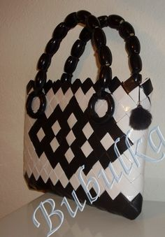 Paper Chains, Paper Weaving, Origami, Candy Wrappers, Candy Bags, Beaded Bags, Purses And Bags, Diy Crafts, Shoulder Bag