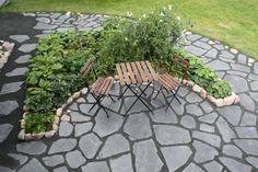 Oriveden Tumma pihakivi on näyttävä ja tyylikäs musta liuskekivi pihaan ja puutarhaan.