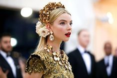 """since met gala was supposed to be today here's anya taylor joy's serve at met gala Outfits Fiesta, Anya Taylor Joy, Anya Joy, Make Up Braut, Headdress, Costume Design, Bridal Hair, Beautiful People, Fashion Show"