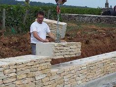 Retaining wall like stone look Mur en pierre- ECOmuret Marc Delallande Garden Retaining Wall, Stone Retaining Wall, Landscaping Retaining Walls, Garden Mulch, Patio Stone, Stone Backyard, Brick Garden, Backyard Patio, Backyard Landscaping