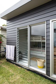 ** this one cath pt : Aussie beach shack - desire to inspire House Cladding, Exterior Cladding, Facade House, House Exteriors, House Paint Exterior, Exterior House Colors, Saint Claude, Louvre Windows, Weatherboard House