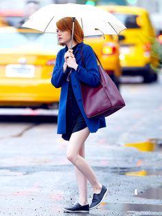 赤毛に映えるブルーのコートで、初秋のNYを闊歩していたエマ・ストーンをキャッチ。