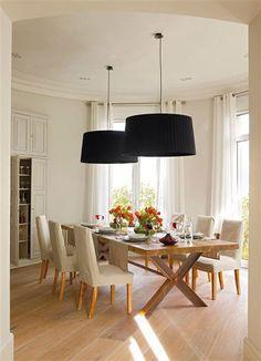 Lámparas negras. Comedor sencillo y lámparas llamativas.