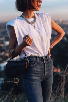 Casual look but with a little chic twist - love this shoulder pad white t shirt with high waisted jeans and statement necklaces to elevate the look Summer Outfits, Casual Outfits, Cute Outfits, Fashion Outfits, Jean Outfits, Moda Minimal, Viva Luxury, Muscle Tees, Minimal Fashion