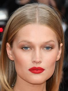 23 Wedding Makeup Ideas for Summer - Bridal Makeup Looks Inspired by Celebrities Simple Wedding Makeup, Wedding Makeup Tips, Bridal Makeup Looks, Natural Wedding Makeup, Diy Wedding Chignon, Natural Makeup For Blondes, Red Carpet Hair, Toni Garrn, How To Curl Short Hair