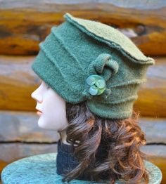 One of a kind, Green boiled wool hat, 100% recycled boiled wool with beautiful vintage decorative button. Eco friendly, winter, gift. de la boutique knitvalley sur Etsy