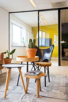 Voor een kantoorruimte in Arnhem mochten wij een interieuradvies opstellen. Het pand ligt op een prachtige locatie aan de Rijnkade. Het kantoor is ruim en door de grote raampartijen (met donker gekleurde kozijnen) valt veel licht naar binnen.  Interieurontwerp: Laura Hindriks Fotografie: Angeline Dobber Dining Chairs, Dining Table, Internet Marketing, Pure Products, Furniture, Home Decor, Decoration Home, Room Decor, Dinner Table