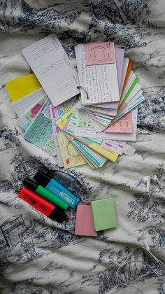 Love the idea of keeping flashcards on a key ring. That way you can take them anywhere with you without any getting lost or mixed up School Organization Notes, Study Organization, School Notes, Study Techniques, Revision Techniques, Revision Tips, Gcse Revision, Revision Notes, Pretty Notes