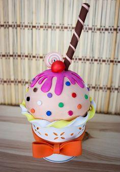 Hoy, de nuevo, me he levantado con ganas de dulce ;). Se trata de una cajita joyero con forma de cupcake helado hecho totalmente a mano utilizando goma EVA. En este modelo, la vainilla es la base, …