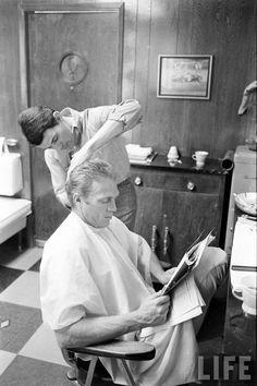 Steve McQueen gets his hair cut (John Dominis. 1963)