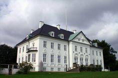 Marselisborg Slot er det danske regentpars ferieresidens. De tilbringer store dele af sommeren i Århus, samt højtiderne jul og påske.