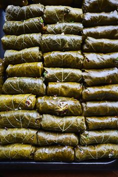 Lemony Quinoa Dolmas Sarma ve dolma tarifi Mediterranean Platters, Mediterranean Recipes, Dolmades Recipe, Vegan Dolmas Recipe, Dolmas Recipe Greek, Quinoa, Grape Leaves Recipe, Stuffed Grape Leaves, Carne Picada