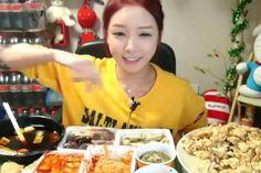 In questo momento in Corea del Sud sono le otto di sera, ora di cena. La Diva sta allestendo il suo desk con almeno un paio di pizze, spaghetti, una dozzina di uova, qualche bistecca, riso, e altro indefinibile cibo coreano. Migliaia di persone si sono già collegate alla web tv, hanno pagato per scaricare il livestreaming e sono pronte a godersi lo spettacolo: vederla consumare la sua cena. Il food porn per come lo conosciamo è defunto. Non basta più istagrammare ciò che si sta per ingoiare…