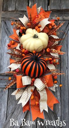 Nice 41 Affordable Diy Halloween Wreaths Design Ideas That Looks Cool. Thanksgiving Wreaths, Autumn Wreaths, Thanksgiving Decorations, Halloween Decorations, Wreath Fall, Halloween Wreaths, Diy Halloween, Fall Decorations, Fall Deco Mesh