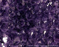 Amatista  Amatista: SiO2. Cuarzo.  Su color puede ser violeta pálido a violeta rojo (su color se debe al contenido de hierro el manganeso y el titanio). Brillo vítreo transparente. Cristaliza en el sistema trigonal. Los cristales morados pálidos al recalentarlos (3OO a 4OOº C) se tornan amarillos o rojos. Como el citrino y el topacio a estas variedades se les denomina topacio de oro o topacio de Madeira. Mohs: 65 A 7.Usos:Aumenta la inteligencia preservando de las enfermedades contagiosas y…
