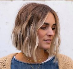 Smoky Gold Hair Is The Biggest Winter Color Trend Medium Hair Styles, Curly Hair Styles, Brown Blonde Hair, Short Blonde Balayage Hair, Black Hair, Blonde Balayage Bob, Blonde Honey, Hair Highlights, Bob With Highlights