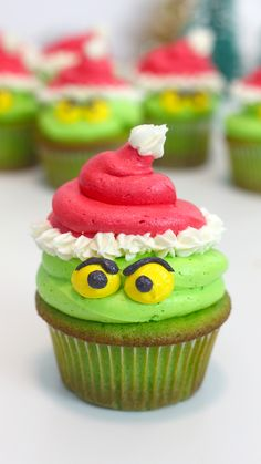 The Grinch himself might just crack a smile at the sight of these cute green cupcakes. The Grinch himself might just crack a smile at the sight of these cute green cupcakes. Köstliche Desserts, Holiday Desserts, Holiday Baking, Holiday Treats, Holiday Recipes, Christmas Dessert Recipes, Healthy Christmas Recipes, Healthy Halloween, Easter Recipes