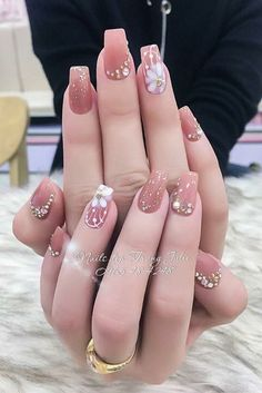 9 Vintage Wedding Nail Art For Brides For Classy Look Are you looking for a Wedding Nail Art? You should check the collection we have got here. Our nail stylist Emily Johnson has made them perfectly. Nude Nails, Pink Nails, Acrylic Nails, Classy Nails, Stylish Nails, Gorgeous Nails, Pretty Nails, Vintage Wedding Nails, Glitter Wedding