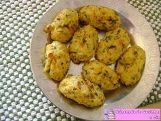 Bolinhos de Arroz Assado xícara (chá) de cheiro verde picadinho 1 ovo 1 xícara (chá) de queijo ralado (eu usei muçarela ralada) 1 xícara (chá) de farinha de trigo 3 xícaras (chá) de arroz cozido sal e pimenta a gosto Misture todos os ingredientes acima numa tigela. Molde os bolinhos com a mão e os disponibilize sob uma forma untada com margarina. Leve para assar em forno pré aquecido por 30 minutos ou até dourar