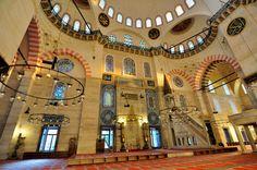 Osmanlı İmparatorluğuna altın çağını yaşatan Kanuni Sultan Süleyman'ın hayatı, fetihleri ve eserleri. Sultan Süleyman Kimdir? Hakkında bilgiler.