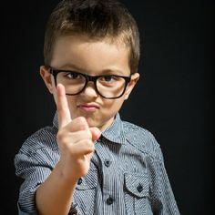 التهديد والوعيد يفقد قيمة الكلام ويعلم الطفل الحدية والجدال .. إن كان ولا بد فنفذ تهديدك ولا تهدد بشيء لا يمكنك فعله