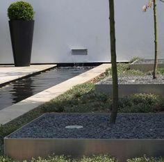 jardin avec une cascade bassin, entourages d'arbres carrés et remplis de gravier concassé