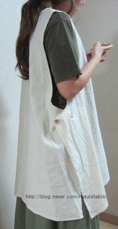 광목으로 사이즈 넉넉하게 조끼를 만들었어요 만들고 보니 에이프런 같내여^^ 고무줄 치마바지랑 입으니 잘...