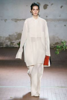 See all the Collection photos from Jil Sander Autumn/Winter 2019 Ready-To-Wear now on British Vogue Fashion 2020, Runway Fashion, High Fashion, Fashion Show, Womens Fashion, Fashion Tips, Fashion Design, Jil Sander, Vogue Paris