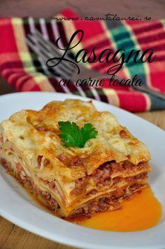 Lasagna cu carne tocata Delicious homemade Bolognese Lasagna - fresh ingredients amazingly flavored in a tasty tomatoes sauce. Pasta Recipes, My Recipes, Italian Recipes, Cooking Recipes, Tasty Lasagna, Pizza Lasagna, Bechamel, A Food, Good Food