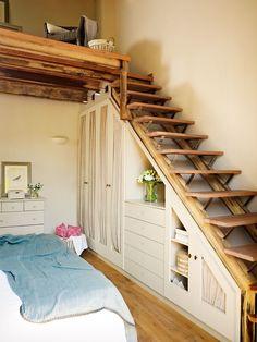 Dormitorio principal con armario a medida realizado bajo el hueco de una escalera